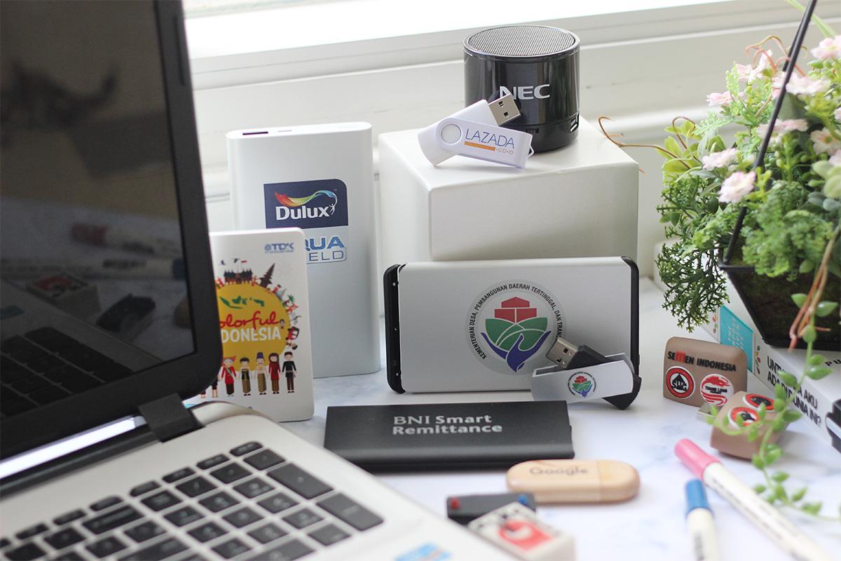 Berbagai produk berlogo merek bisnis untuk branding