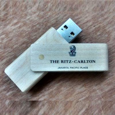 USB Flashdisk kayu murah dan berkualitas untuk branding merek hotel & resort Ritz Carlton